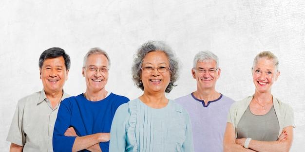 Mullti-ethnische ältere gruppe von menschen