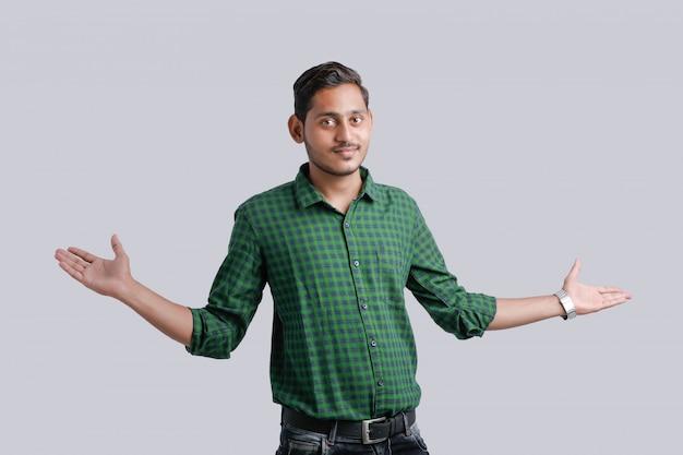 Multi ausdruck des jungen indischen mannes