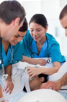 Multi-ethische ärzte, die einen patienten wiederbeleben