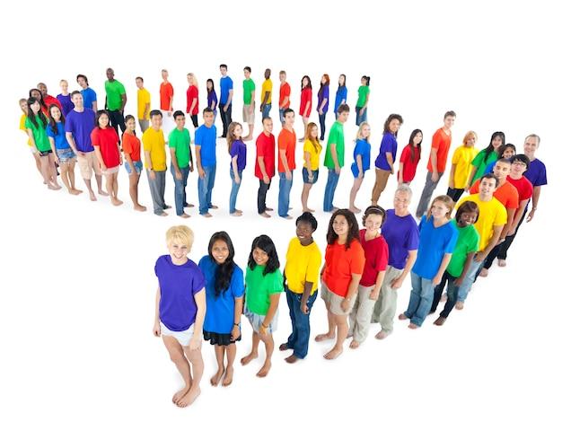 Multi-ethnische gruppe von menschen in einer schlange stehen