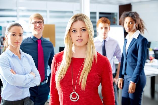Multi ethnisches team der blonden jungen geschäftsfrau