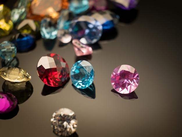 Multi farbe des edelsteins oder des juwels auf schwarzem tisch