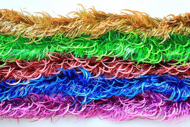 Multi farben bündeln pelz- oder weihnachtsbaumlamettagirlande auf weißem hintergrund