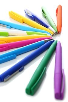 Multi farbige kugelschreiber auf weißem hintergrund