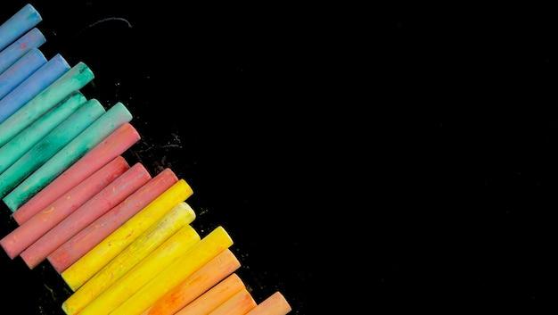Multi farbkreiden auf schwarzem hintergrund für kopienraum