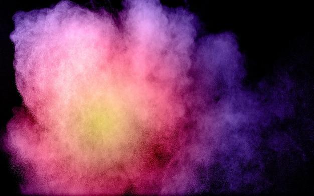 Multi farbpulver explosion auf schwarzem hintergrund.