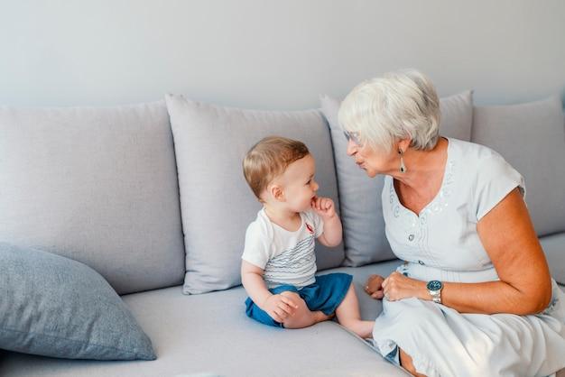 Multi-generationen-familie spielzeit
