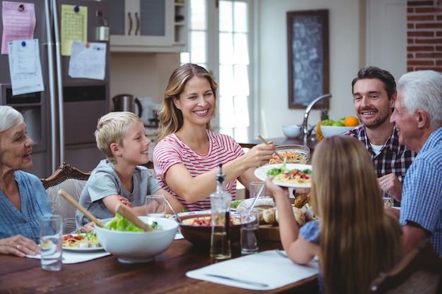 Multi generationsfamilie mit großeltern bei tisch