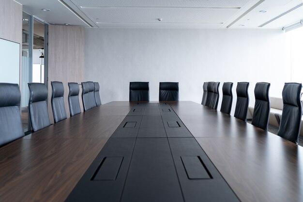 Multi-person-konferenzraum und bequemen stuhl ist ordentlich und ordentlich.