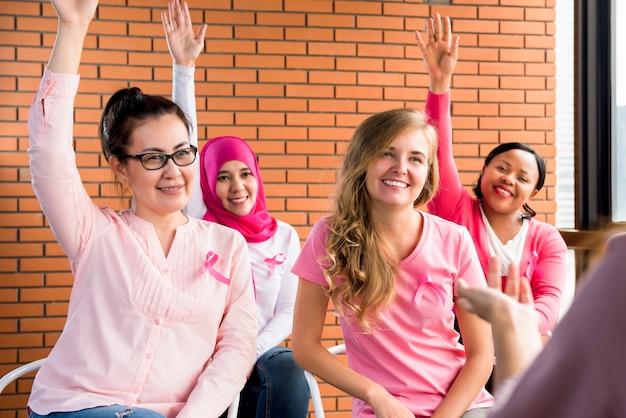 Multiethinic frauen, die für brustkrebsbewusstseinskampagne sich treffen