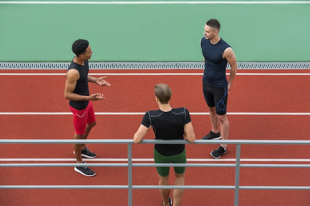Multiethnische athletengruppe, die miteinander spricht