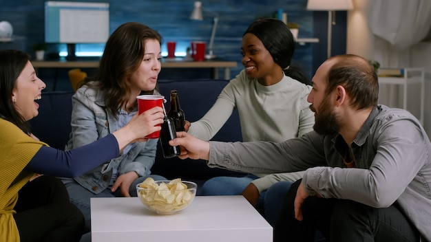 Multiethnische freunde, die zeit genießen, verbringen zusammen auf der couch entspannen