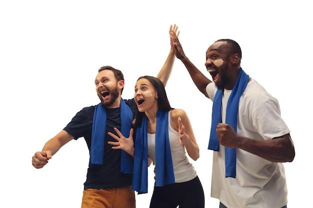 Multiethnische fußballfans jubeln ihrer lieblingssportmannschaft mit hellen emotionen zu