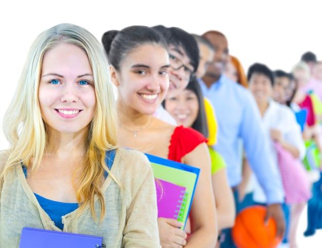 Multiethnische gruppe des studenten in der schlange stehen