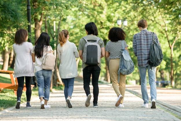 Multiethnische gruppe junger studenten