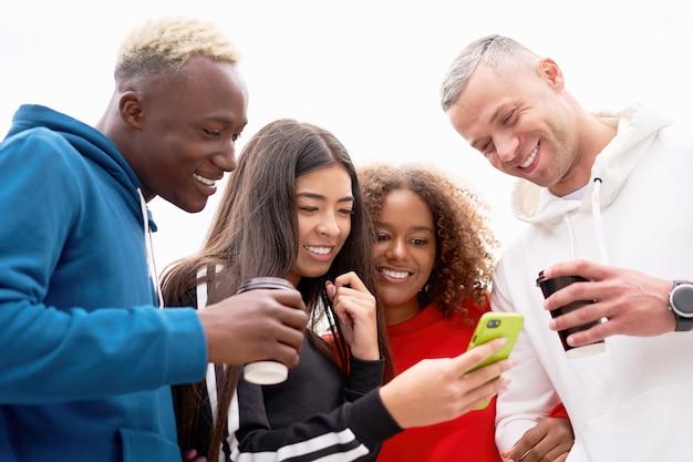 Multiethnische gruppe menschen teenager-freunde. afroamerikanischer, asiatischer, kaukasischer student, der zeit miteinander verbringt multirassische freundschaft