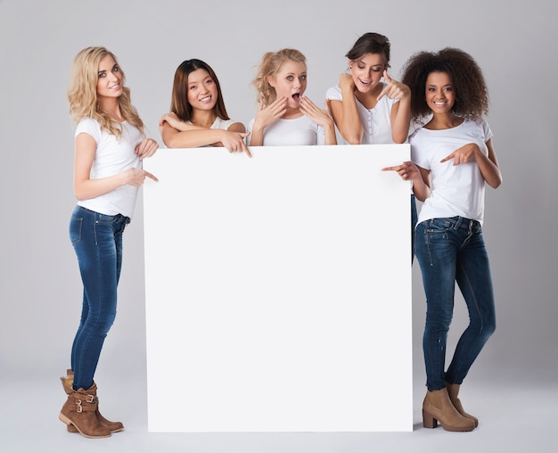 Multiethnische gruppe von frauen mit leerem whiteboard