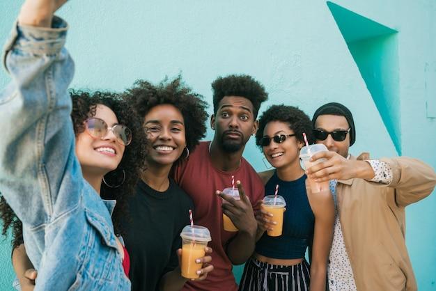 Multiethnische gruppe von freunden, die ein selfie machen.