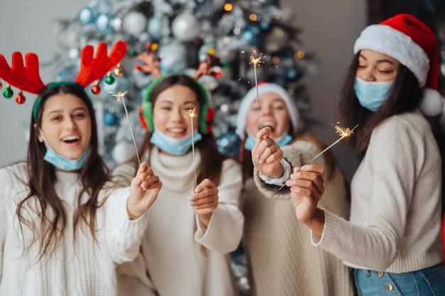 Multiethnische junge leute feiern silvester mit wunderkerzen Premium Fotos