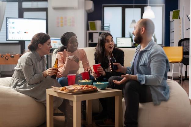 Multiethnische kollegen haben spaß nach der arbeit im büro fun