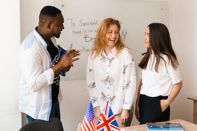 Multiethnische schüler und lehrer lernen gemeinsam fremdsprachen im unterricht