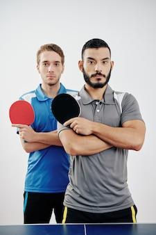 Multiethnischer tischtennisspieler
