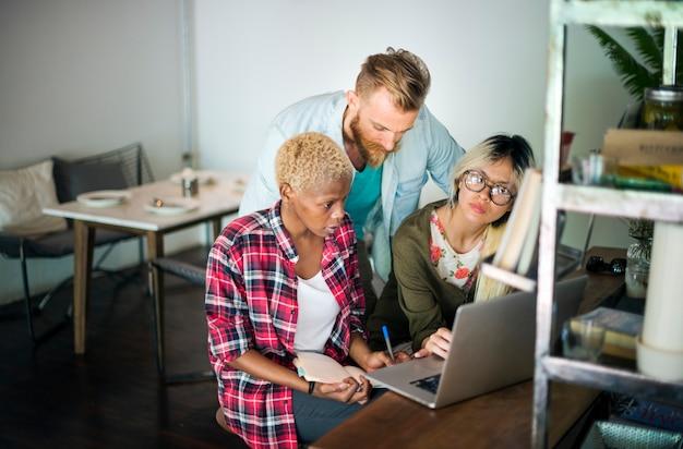 Multiethnisches geschäftsteam-brainstorm-laptop-cafeteria-konzept