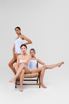 Multiethnisches schönheitskonzept. ziemlich asiatische, kaukasische und afrikanische modelle posieren.
