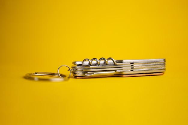Multifunktionales metallmesser auf gelbem hintergrund