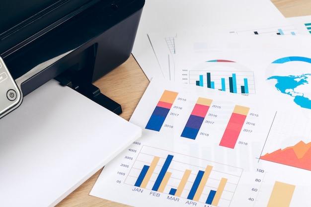 Multifunktionsdrucker maschine bereit zum drucken, kopieren, scannen im büro