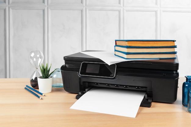 Multifunktionsdruckermaschine bereit zum drucken, kopieren, scannen im büro