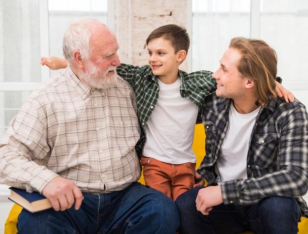 Multigenerationale männer, die zusammen umarmen