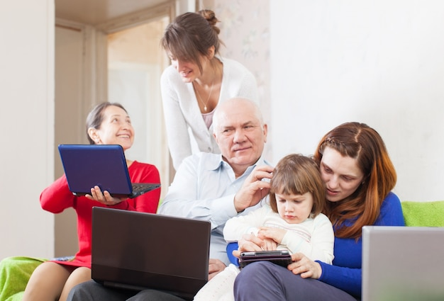 Multigenerationsfamilie nutzt wenige tragbare elektronische geräte