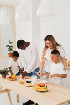 Multikulturelle familie, die zeit zusammen am tisch verbringt