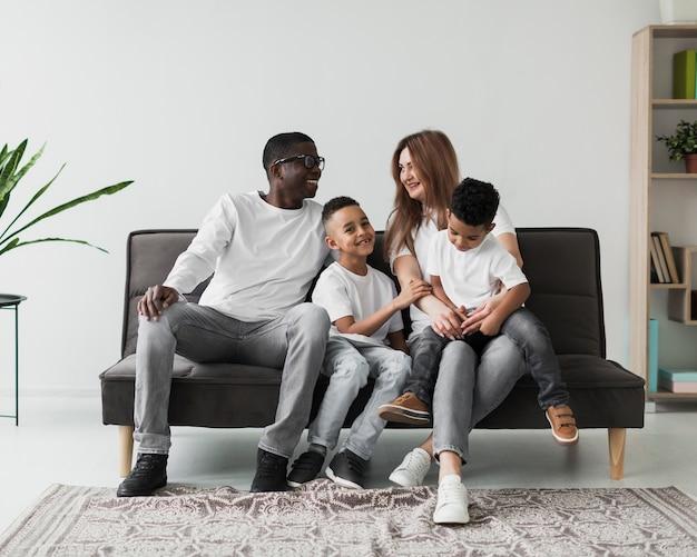 Multikulturelle familie, die zeit zusammen drinnen verbringt