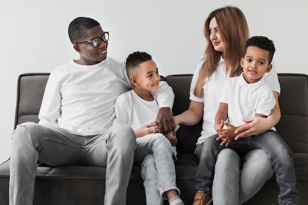 Multikulturelle familie, die zeit zusammen zu hause verbringt