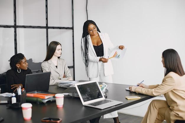 Multikulturelle geschäftsfrauen in gruppentreffen.
