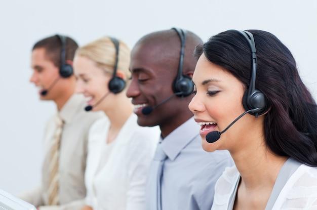 Multikulturelle geschäftsleute, die in einem call-center arbeiten