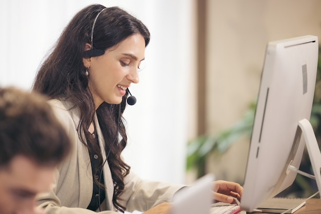 Multikulturelle geschäftsleute, die in einem callcenter arbeiten, online-kundendienst.