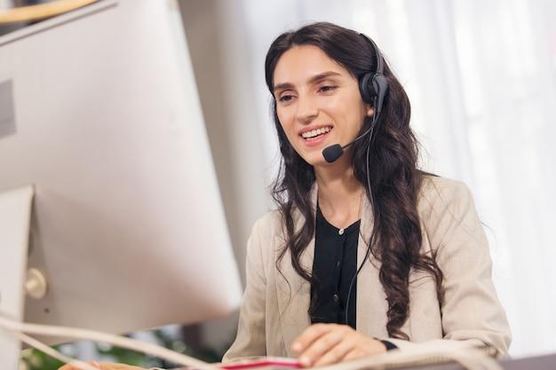 Multikulturelle geschäftsleute, die in einem callcenter arbeiten, online-kundendienst. Premium Fotos