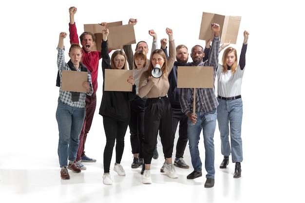 Multikulturelle gruppe von menschen, die schreien, während sie leere plakate an der weißen wand halten
