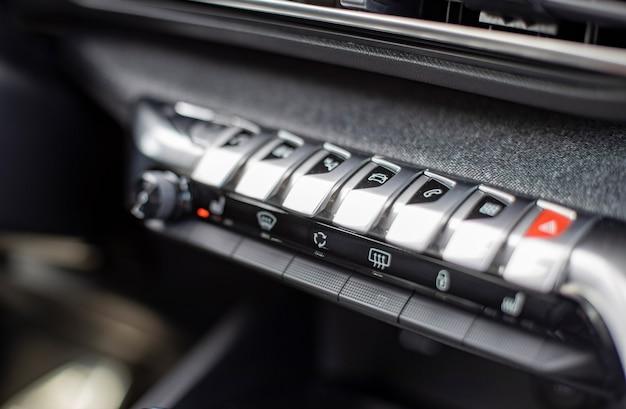 Multimedia-bedienkonsole und klima in einem modernen auto nahaufnahme selektiver fokus keine leute