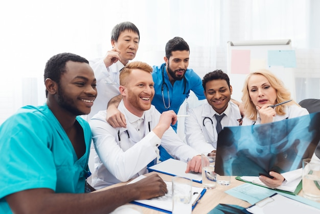 Multinationale ärzte untersuchen das röntgenbild des patienten.