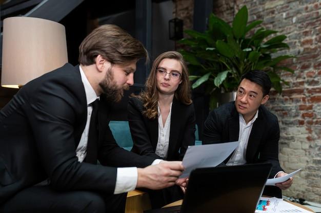 Multinationale geschäftsleute, die brainstorming beim bürotreffen durchführen