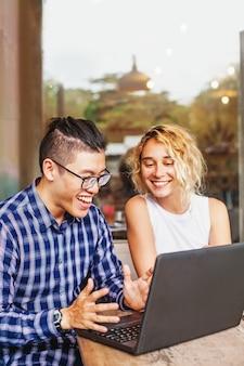 Multirassisches team eines startups, das seinen ersten erfolg online sieht