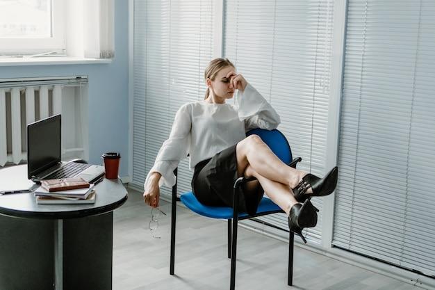 Multitasking-fähigkeiten arbeitgeber arbeiten burnout müde bei der arbeit beschäftigte junge blonde geschäftsfrau mit vielen