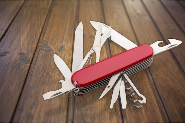 Multitasking-taschenmesser aus metall auf holzuntergrund