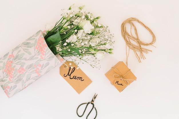 Mumaufschrift mit rosenblumenstrauß