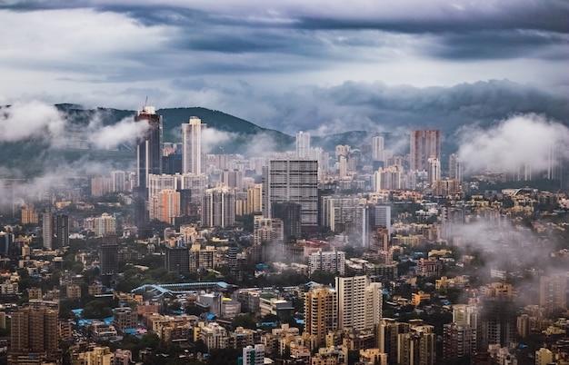 Mumbai an einem regnerischen monsuntag durch die wolken gesehen