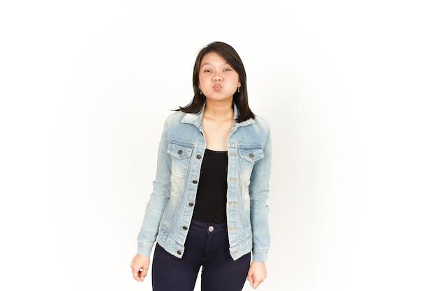 Mund aufgeblasen mit luft der schönen asiatischen frau mit jeansjacke und schwarzem hemd